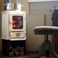 The Hobbit Stove is a small cast iron multi fuel stove from Salamander Stoves using the Turboblaze technology, the glass stays clean, is efficient and comes with 5 year guarantee. Rv Wood Stove, Mini Wood Stove, Tiny House Wood Stove, Wood Stove Cooking, Shed To Tiny House, Small Wood Burning Stove, Wood Burning Heaters, Small Stove, Small Wood Stoves