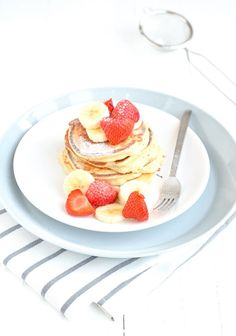 Lekkere lichte en glutenvrije kwarkpannenkoekjes met aardbeien en banaan.