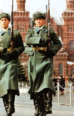 Soldiers of the KGB Kremlin Regiment changing the guard on Lenin's Mausoleum. Trooper Hat, Jaina Proudmoore, Warsaw Pact, Honor Guard, Military Pictures, Red Army, Soviet Union, History, Soldiers