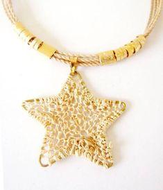 Colar crochê de palha de buriti e metal dourado. Necklace straw crochet.