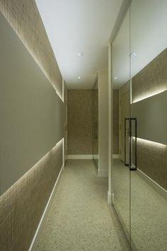Neste corredor, o tom clarinho e a iluminação estão muito bons, mas espelhos em corredores não são indicados, pois uma hora ou outra, ele irá assustar alguém que passe por ali distraído.