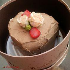 #heart #flowers #box #flowersbox #giftbox #cake #sweets #flowersinabox #floriincutie #cutiecuflori #inima  #cadou #sayitwithflowers #madewithjoy #paulamoldovan #livadacuvisini #colors #happyflorist #bucuresti #bucharest Flower Quotes, Bucharest, Sweets, Heart, Box, Cake, Desserts, Tailgate Desserts, Snare Drum