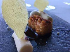 Cochinillo frito con 3 quesos vascos en 3 texturas, del Azurmendi en San Sebastián, España.