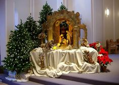 A large nativity on display at one of the SSND campuses. A large nativity Christmas Crib Ideas, Christmas Manger, Christmas Nativity Scene, Christmas Ornaments, Nativity Scenes, Nativity Church, Church Altar Decorations, Church Christmas Decorations, Christmas Centerpieces