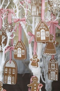 How to decorate Christmas Tree using non traditional ornaments Gingerbread House Pictures, Halloween Gingerbread House, Cardboard Gingerbread House, Gingerbread House Template, Cool Gingerbread Houses, Gingerbread House Designs, Gingerbread Decorations, Gingerbread Ornaments, Christmas Tree Decorations