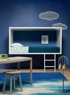chaise de bureau enfant, une jolie chambre d'enfant avec lampes nuages