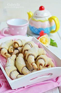 Gabriella kalandjai a konyhában :): Omlós diós kiflik Cereal, Dessert Recipes, Sweets, Cookies, Baking, Eat, Breakfast, Dios, Caramel