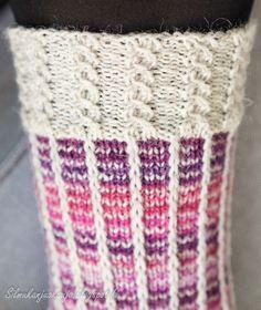 """Tällä kertaa sukkalangan väri valikoitui paletin violetilta puolelta. Jossain päin Internettiä olin törmännyt hauskaan """"kerrosrivinousu""""-mal... Love Knitting Patterns, Knitting Charts, Knitting Socks, Knitting Designs, Crochet Chart, Knit Crochet, Wool Socks, Yarn Crafts, Mittens"""