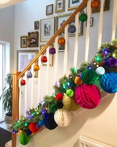 Christmas Decorations On Stairs, Christmas Swags, Christmas Mantels, Retro Christmas, Christmas Colors, Christmas Themes, Christmas Diy, Stairway Garland, Christmas Interiors