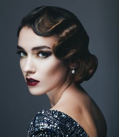 However, many people can be worried about how to carry off the vintage great Gatsby makeup look. The number one piece of advice, though, has to be to find pieces that you fall in love with and not … Classic Hairstyles, Retro Hairstyles, Retro Wedding Hairstyles, Fall Hairstyles, 1920s Long Hairstyles, Gatsby Hairstyles, Glamorous Hairstyles, Classic Updo, Medium Hair Styles