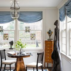 In this breakfast nook, art takes center stage. Tap the link in our bio for more. | Photo: James Merrell; Design: Val Nikitin #interiordesign #instadecor  #Regram via @elledecor