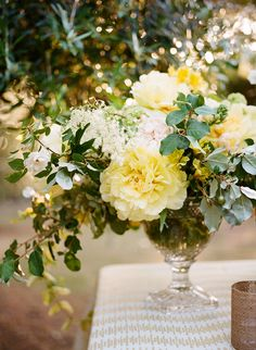 Yellow floral centerpiece from #AriellaChezar, Photo: #MegSmith