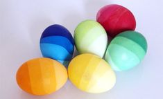 Failsafe easter/spring - use natural colours. Ombre Easter Eggs - submerge the eggs about into the dye and leave for a few minutes. Then add some more water. Do the same till the eggs are completely covered by the water. Easter Egg Dye, Easter Egg Crafts, Coloring Easter Eggs, Egg Coloring, Easter Tree, Diy Osterschmuck, Easy Diy, Easter Egg Designs, Diy Ostern