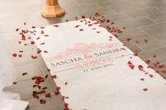 Eigener personalisierter Teppich / Läufer mit Namen von Braut und Bräutigam und Hochzeitsdatum in der Kirche. Foto: http://weddings.lauramoellemann.de
