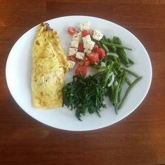 Salada de vagem brócolis e salada de  tomate com queijo. Omelete (de queijo)  #reeducaçãoalimentar #alimentacaosaudavel #emagrecimento #emagrecercomsaude #emagrecendo