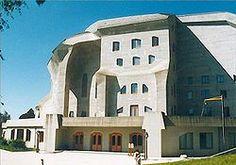 en la arquitectura tambien podemos ver el expresionismo como en este caso El Goetheanum que fue construida por Rudolf Steiner en 1923.