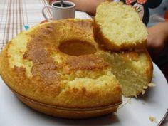 Bolo de Limão & Iogurte Ingredientes: 4 ovos 1 iogurte natural (sem açúcar) 3 copos (de iogurte) de açúcar 1 copo (de iogurte) de óleo 3 copos (de iogurte) de farinha de trigo de boa qualidade com fermento 2 limões (raspa e sumo) 1. Ligue o forno a 180ºC. 2. Unte uma forma com manteiga …