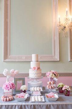 Achei esta decoração em tons de rosa, cinza e branco graciosa demais! Observe os arranjos baixos de flores, como conferem beleza, sem pesar. Agora, minha atenção se voltou mesmo para os arranjos de algodão doce, lá no cantinho esquerdo da mesa. Veja...