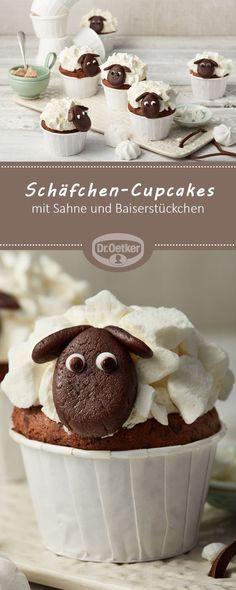 Schäfchen-Cupcakes - Schoko-Muffins mit Sahne und Baiserstückchen in Schafherde #cupcake #rezept #ostern