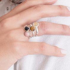 Pedras naturais: Opala rosa, ágata negra facetada, olho de tigre facetado e quartzo rutilado. FIcam ótimas em qualquer ocasião! ⠀ ⠀  Vendas pelo WhatsApp (21) 96915-7204 💻 Loja virtual elo7.com.br/tainatrouche (link na bio)