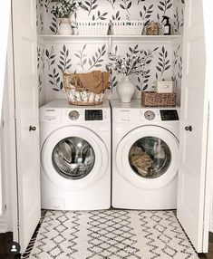 Chic laundry room with some greenery wallpaper Laundry Room Remodel, Laundry Closet, Small Laundry Rooms, Laundry Room Design, Laundry In Bathroom, Laundry Area, Laundy Room, Laundry Room Inspiration, Farmhouse Laundry Room
