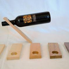 Das geradlinige Design lässt die Weinflasche optisch schweben. Der Weinständer aus massiven Edelhölzern (Ahorn, Buche & Eiche) ist fein geschliffen und eingelassen. Eignet sich nur für 0,7l Flaschen. Halter, Diy, Design, Wine Bottles, Home Decor Accessories, Oak Tree, Bricolage, Do It Yourself