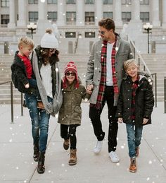 Christmas outfit inspiration-- in the winter, layer up so you're warm but don't look too bulky! Winter Family Photography, Winter Family Photos, Family Christmas Pictures, Family Christmas Outfits, Holiday Pictures, Christmas Fashion, Holiday Outfits, Family Photo Outfits, Picture Outfits