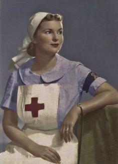 19 Rare Colored Photos of World War II - vintagetopia Nursing Profession, Nursing Career, Colorized Historical Photos, Nurse Photos, Ww2 Women, Flight Nurse, Army Medic, Vintage Nurse, History Magazine