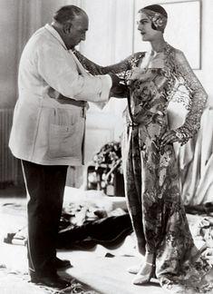 Paul Poiret propôs uma silhueta mais fluida, sem espartilhos ou corpetes.  Também era conhecido pelas suas festas.  Era muito influenciado pelo ballet russo e por artistas da vanguarda