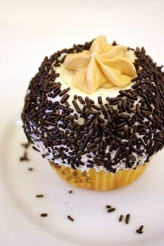 Irish Creme Cupcake at Crumbs Bake Shop, New York. Creme Cupcake, Cute Cupcakes, Just Desserts, Cupcake Cakes, Alcoholic Drinks, Good Food, Menu, Baking, Breakfast
