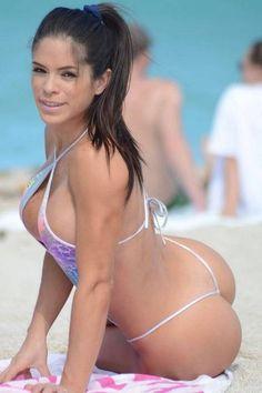 A venezuelana Michelle Lewin, de 31 anos, pode não ter a quantidade de seguidores que Bruna Marquezine, de quem é sósia, tem. Enquanto a brasileira contabiliza...