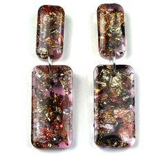 Boucles d'oreilles laiton plaqué argent longues et pendantes de forme rectangulaire en résine moderne rose translucide et inclusions de copeaux de métaux, or, argent, cuivre oxidé.
