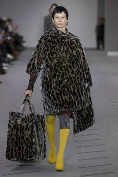 http://www.vogue.ru/collection/autumn_winter2017/ready-to-wear/paris/Balenciaga/#gallery1/789655