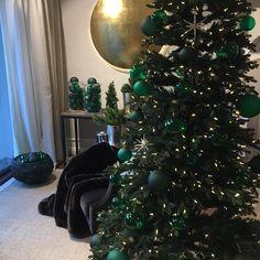 Weihnachtliche Dekoration Showroom Focus Einrichtungen  #münchen #muenchen #interior  #luxuryfurniture #christbaumkugel #christbaumkugeln #luxurydesign #design #interior #interiordesigner #schwabing  #juliadoleschel  #munich #fünfhöfe