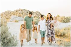 Family Photography Outfits, Family Portrait Outfits, Family Picture Outfits, Family Posing, Family Portraits, Beach Portraits, Portrait Poses, Summer Family Pictures, Beach Family Photos