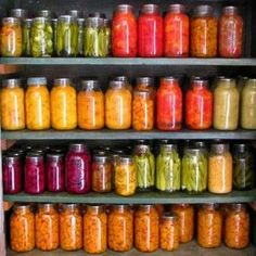 How to Can Vegetables Using Pressure Canning. Complete tips for canning vegetables at home. Canning vegetables cost less than freezing because canned foods Canning Tips, Home Canning, Canning Recipes, Easy Canning, Jar Recipes, Recipies, Canned Food Storage, Survival Food, Salads