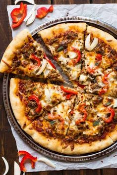 Spicy Sausage Pizza is loaded with onion, peppers, and chili oil on a homemade crust. #bakedbyanintrovertrecipes #pizza #sausage #dinner Sausage Pizza Recipe, Spicy Sausage, Pizza Legal, Pizza Facil, Spicy Pizza, Pain Pizza, Best Homemade Pizza, Homemade Breads, Perfect Pizza