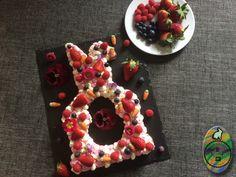 Der Kuchentrend im Jahr 2018 sind Fruchttorten mit einem Keksboden und einer aufgespritzten Creme. Denn statt einem üblicherweise verwendeten Kuchenteig wird hier ein Mürbeteig übereinander gesetzt. Mit Hilfe von Schablonen wird der Teig ausgeschnitten. Häufig sind es Zahlen, Buchstaben oder Formen.