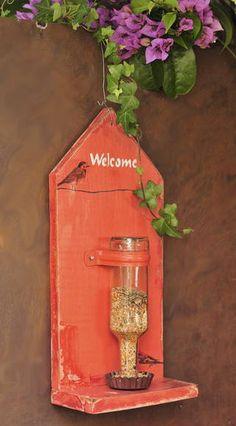 Comedouro para passaros vermelho com garrafa madeira reciclada pintado detalhe: decoupage com passaros medida 40cm X 20 cm X 10 cm R$ 90,00