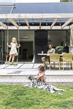 A beautiful family eco-home in Tauranga's Pyes Pa - Terrasse ideen Back Patio, Backyard Patio, Backyard Landscaping, Pergola Designs, Patio Design, Garden Design, Diy Pergola, Pergola Plans, Modern Pergola