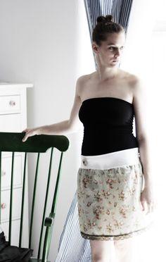 Retro sukýnka Staroanglická Sukýnka ze 100% bavlny s pružným pasem a krajkou na spodním lemu. Velikosti 34-36-38-40 (napište prosím do poznámky při objednávce, jakou chcete velikost) Součástí je buttonková odepínací brož.