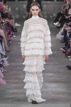 Valentino Pre-Fall 2019 Fashion Show Collection: See the complete Valentino Pre-Fall 2019 collection. Look 74 Valentino Couture, Valentino Gowns, Valentino Women, Fashion Week, Runway Fashion, High Fashion, Fashion Trends, Cheap Fashion, Vogue