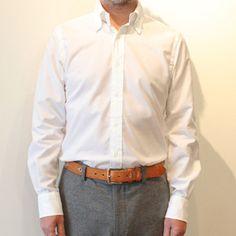 New SanFrancisco    品番222009 C/#10 White  コットン100%    マザーオブパールの最高級白蝶貝を使い細身でスタイリッシュ。裾をインして着たい大人のシャツ。  THOMAS MASONの最高級Goldline Shirtingより タテ糸140番双糸ヨコ糸60番三子糸 GIZAコットンを使ったOXFORD。  GIZAコットンとは、繊維が特に長い超長綿でエジプト綿の一種ナイル下流のデルタ地帯が産地。海島綿と並ぶ最高級綿。  綿花を手で摘み、繊維を傷めず収穫。  もちろん、化学肥料や殺虫剤・除草剤は一切使用していないエコ。¥21,000購入希望の方は画像をクリックしてください。 通販サイトにアクセスいたします。