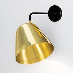 """Fondée par l'architecte Fabian Maier et les designers Johannes Marmon et Johannes Müller, la maison allemande Nyta présente l'applique murale """"Tilt"""".<br>Un luminaire élégant à l'abat jour réglable de 24cm de hauteur qui permet d'orienter le flux lumineux. Simple d'utilisation, la lampe Tilt wall en laiton offre la possibilité de tourner et de faire pivoter l'abat-jour le long de son ouverture dans tous les sens. La lampe fonctionne comme un réflecteur en forme de coupe et se déplace…"""