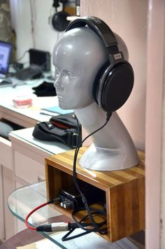 10 Super Creative DIY Headphone Stand Ideas (Some are from Recycled Materials) Diy Headphone Stand, Headphone Storage, Headphone Splitter, Headphone Holder, Best In Ear Headphones, Diy Headphones, Sports Headphones, Cordless Headphones, Skullcandy Headphones