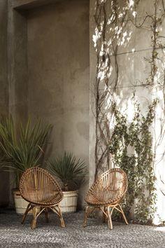 Rustic Decor A New Design Gallery Opens in Milan Photos Milan Design, Küchen Design, House Design, Interior Tropical, Tropical Design, Tropical Decor, Exterior Design, Interior And Exterior, Room Inspiration