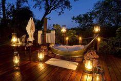 Romantisch in bad onder de sterrenhemel in Afrika (Foto: Selous Safaris) Vakantieboulevard.nl, verrassend andere reizen