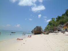 La playa de Padang Padang una de las pocas en las que se permite el top-less en Indonesia (la tia de la orilla está en ello)
