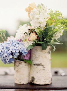 déco de table naturelle - vases en tronc de bouleau avec des bouquets de fleurs blanches et hortensias en bleu et lilas