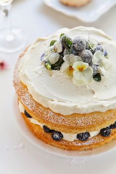 Lemon Sponge cake with Blueberries and Candied Flowers, and Other Recipes Pretty Cakes, Beautiful Cakes, Amazing Cakes, Food Cakes, Cupcake Cakes, Bolos Naked Cake, Lemon Sponge Cake, Vanilla Sponge, Strawberry Sponge Cake
